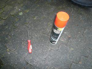 Schraubenzieher und eine Dose Kettenspray