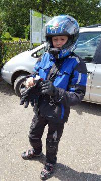 10-jähriger in Motorradbekleidung