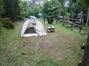 Zelt steht auf einem nicht regensicheren Rasen