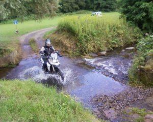 Durchqueren einer Furt mit dem Motorrad