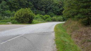 Verbindungsstraße Ribeauville nach Saint-Marie-aux-Mines, mitten in der Kurve Kopfsteinpflaster