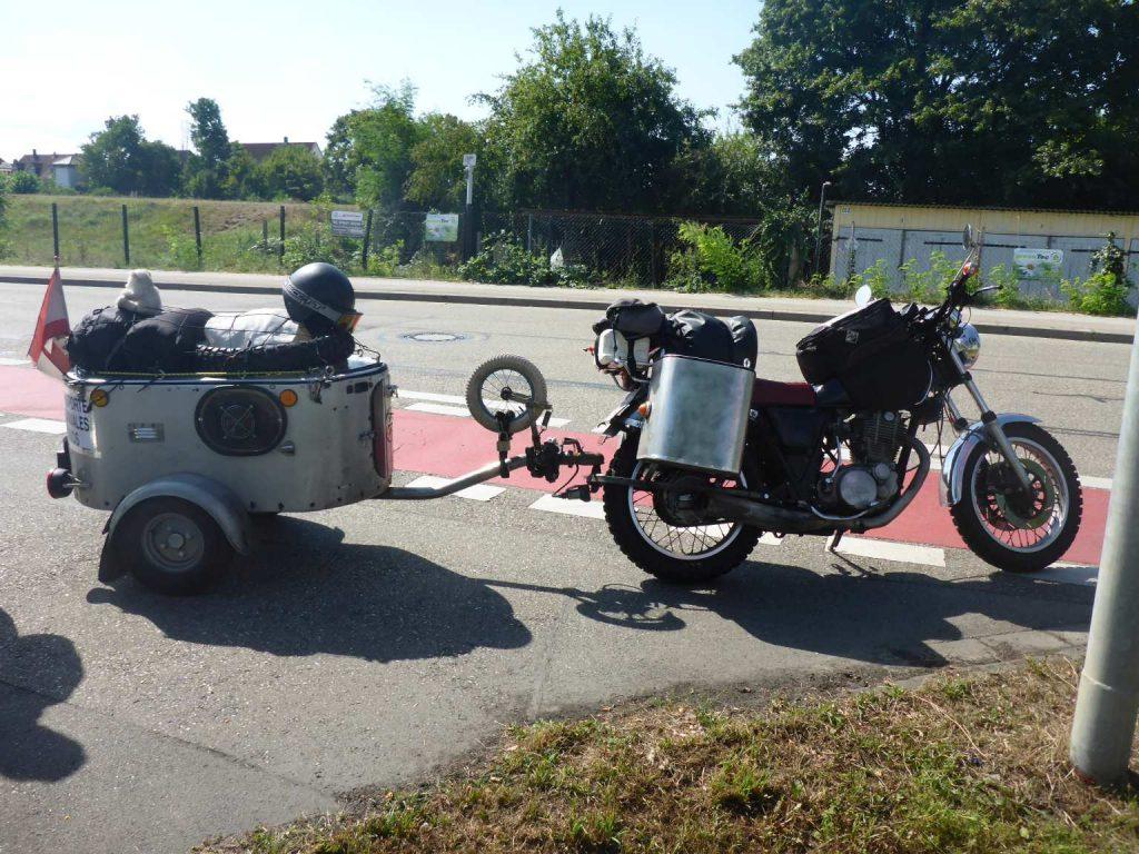 Motorrad mit selbstkonstruierter Anhängerkupplung und selbstgebautem Anhänger