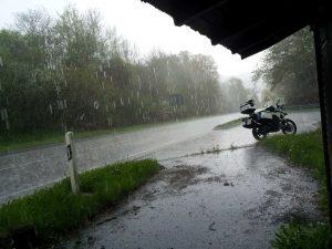 gerade im Herbst lernt man als Motorradfahrer Regen aller Art kennen