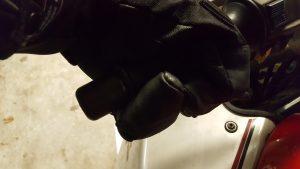 Thermoboy-Handschuhe am Griff des Motorrads
