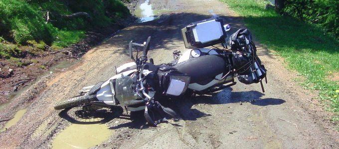 Die BMW direkt nach dem Sturz im Dreck