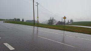 Landstraße im Regen