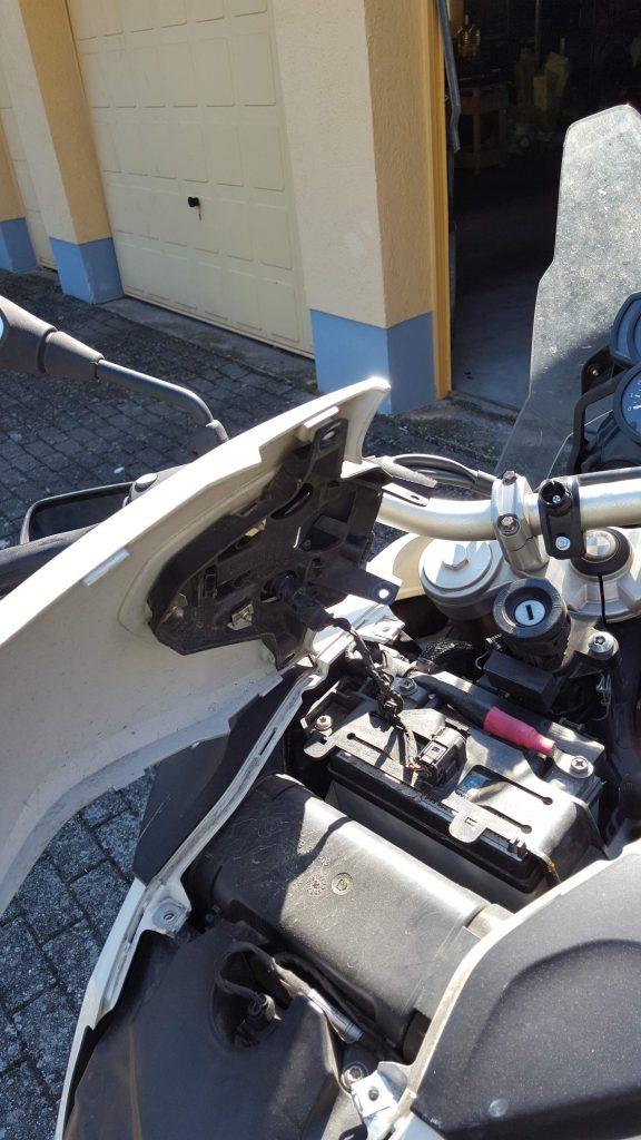 F800GS: Abdeckung der Batterie abgenommen