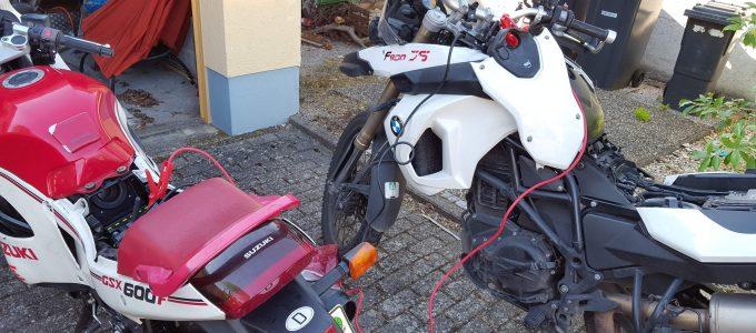 Motorräder nebeneinander zum überbrücken
