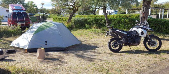 Motorrad auf dem Campingplatz