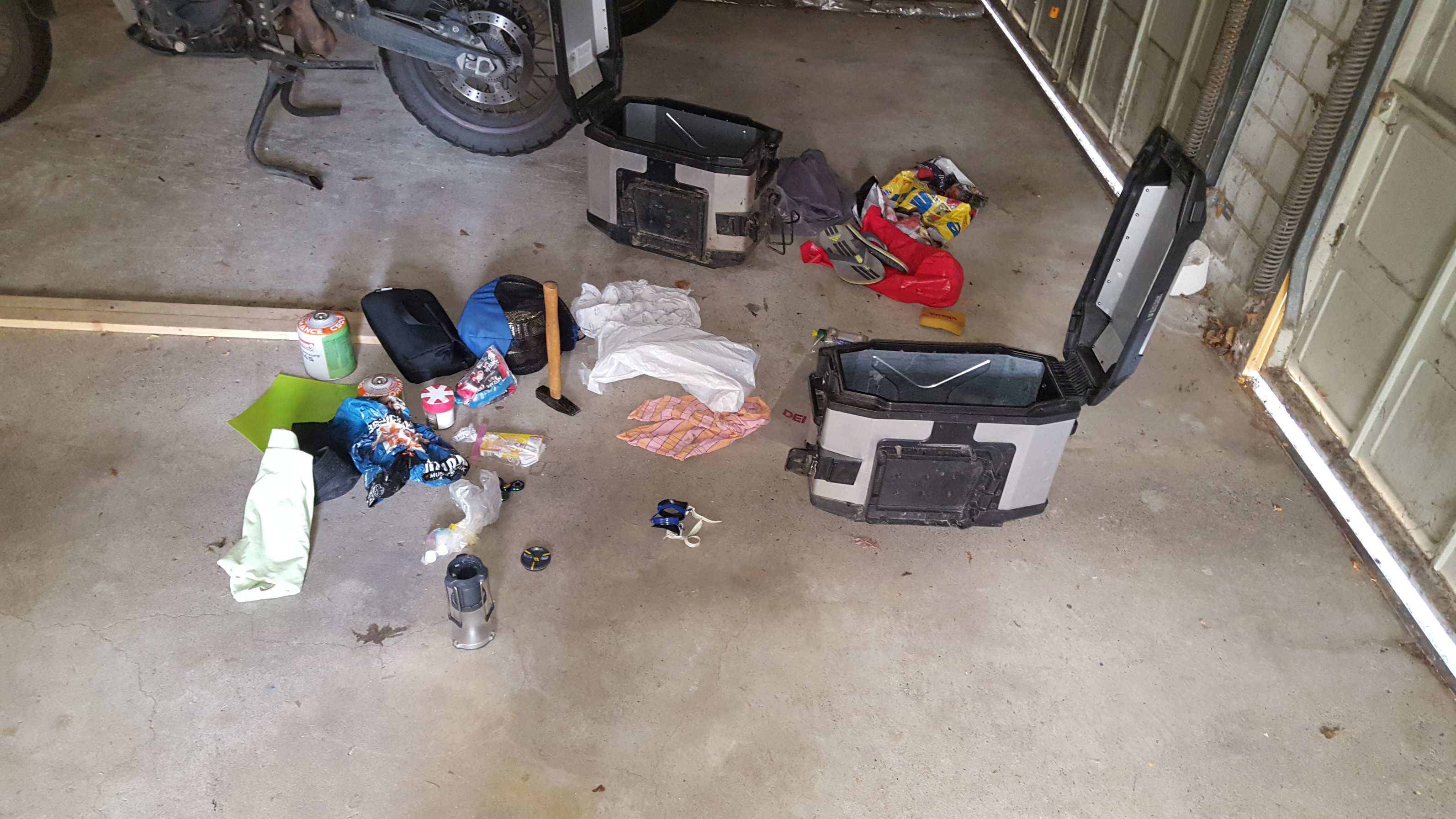 Motorrad-Seitenkoffer mit Campingausrüstung