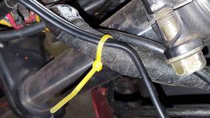 Stromkabel mit Kabelbindern am Motorrad
