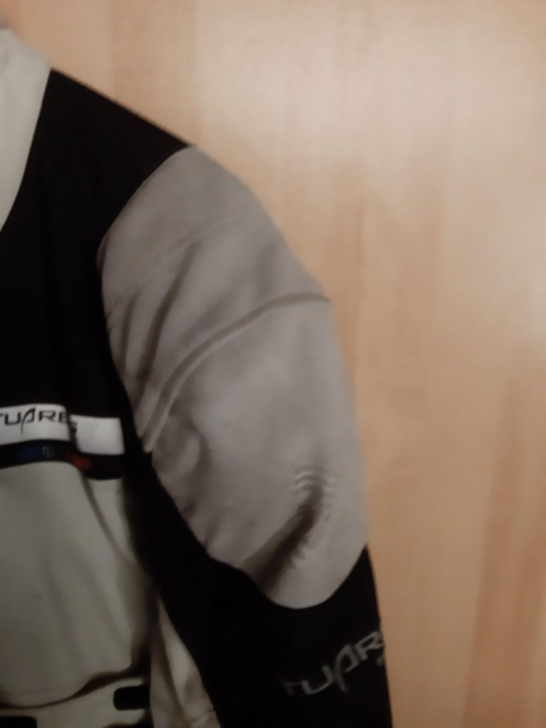 Lederbesatz an der Schulter der Motorradjacke
