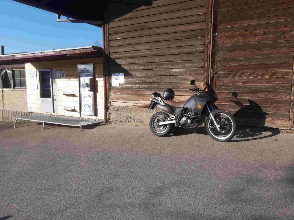 Motorrad vor dem Milchautomat