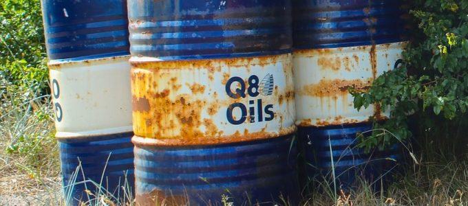 Ölfass im Grünen