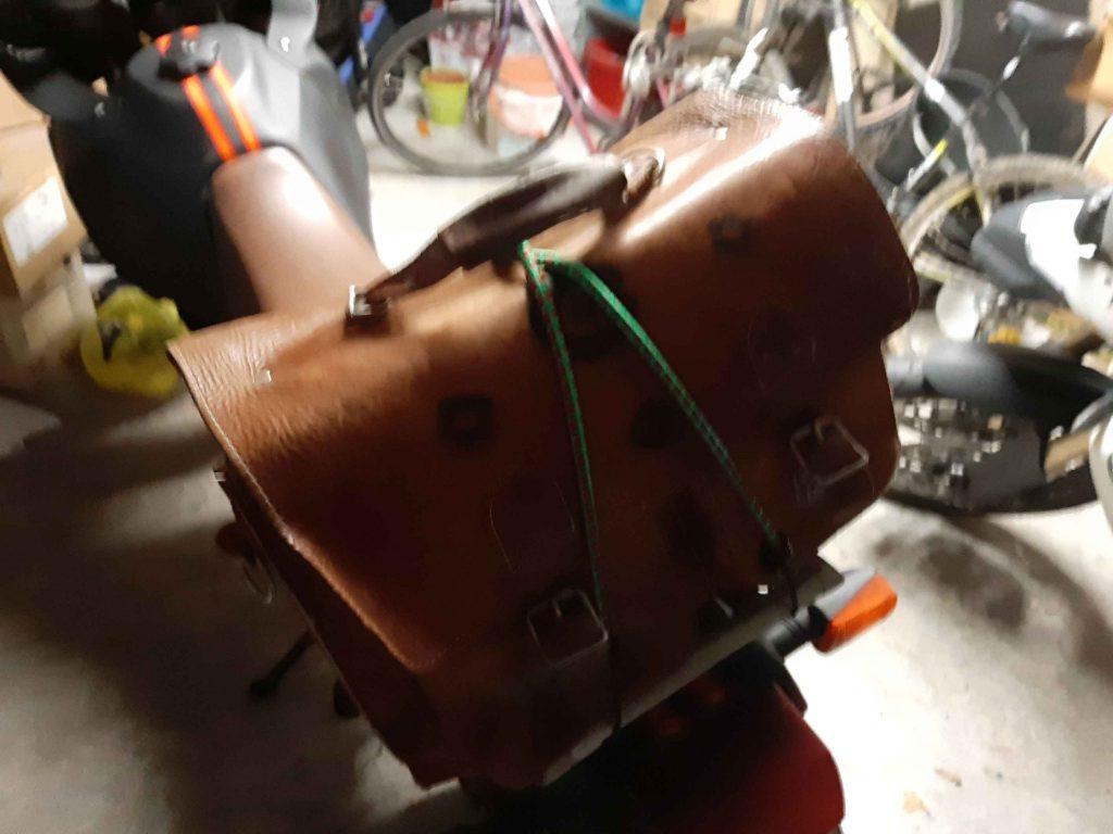 ledertasche auf dem Motorrad