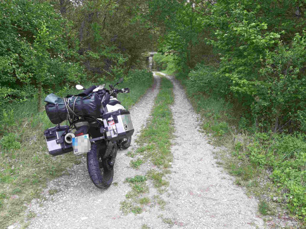Motorrad auf der Schotterpiste