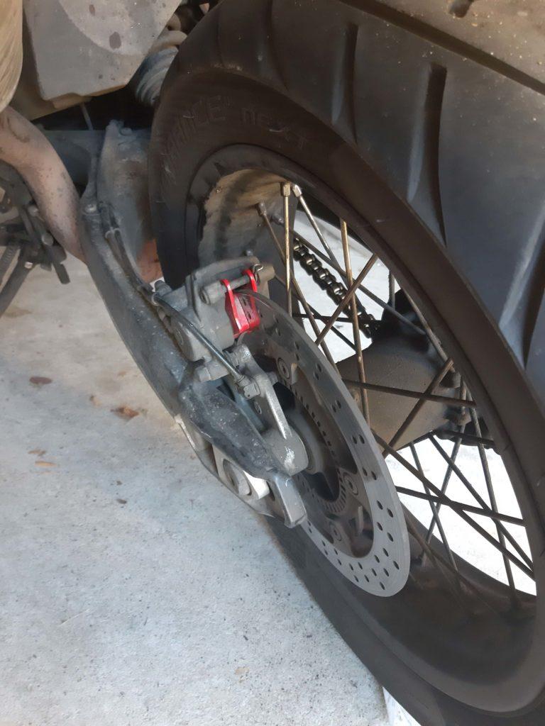 die neuen Bremsbeläge sind montiert.