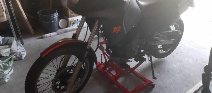 DR650 auf dem Motorradheber