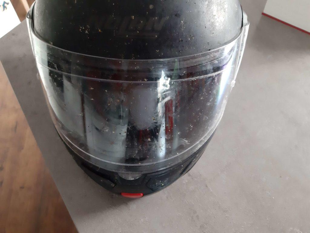 Motorradhelm mit verdrecktem Helmvisier