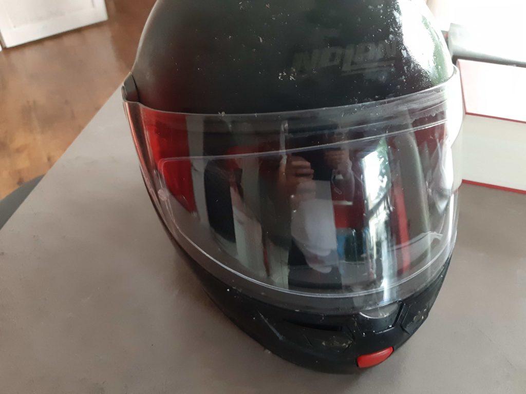mit dem S100-Reiniger wird auch die andere Hälfte des Helmvisiers sauber