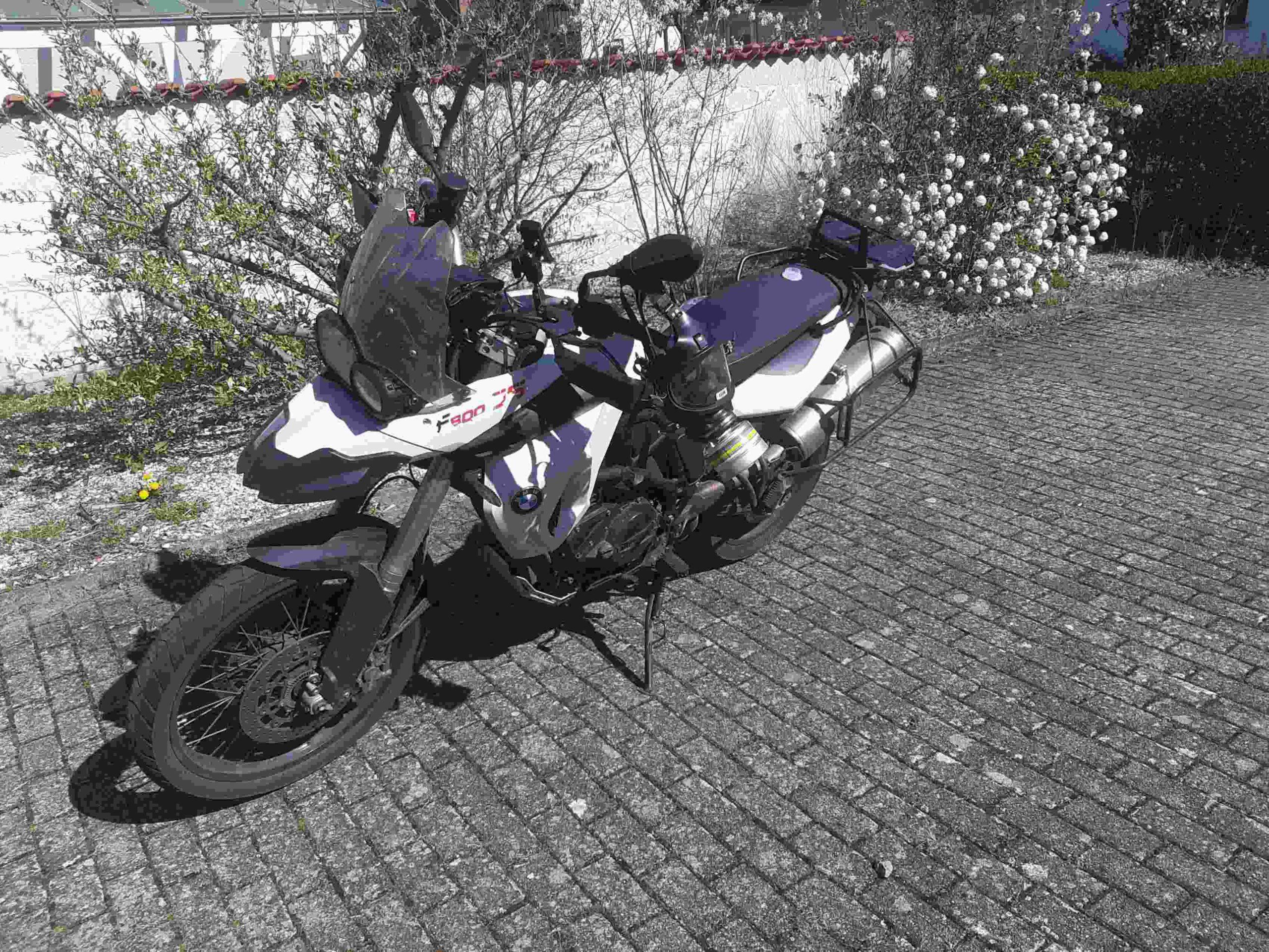 am motorrad hängt eine gasmaske