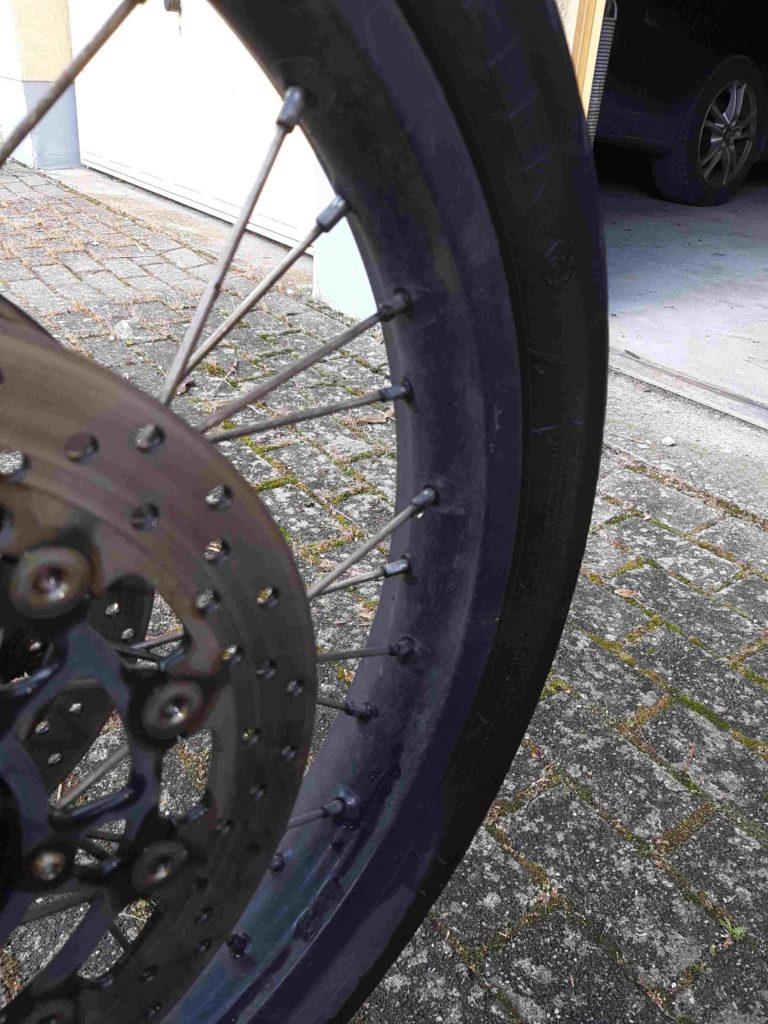 Motorradfelge, schmutzig