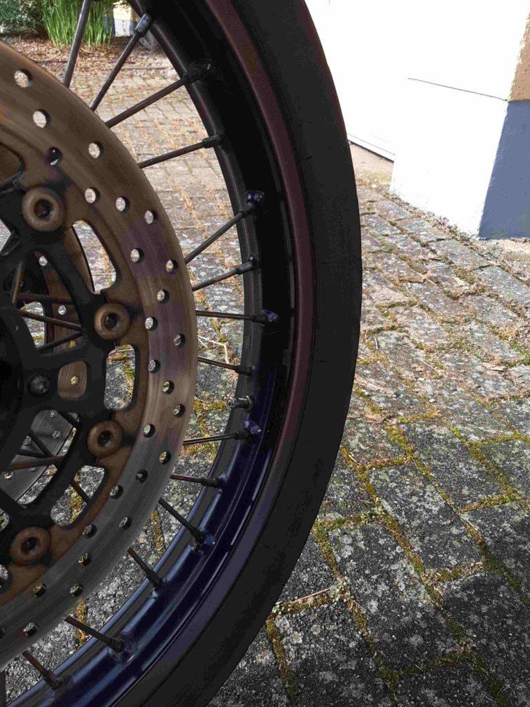 Motorradfelge, glänzend